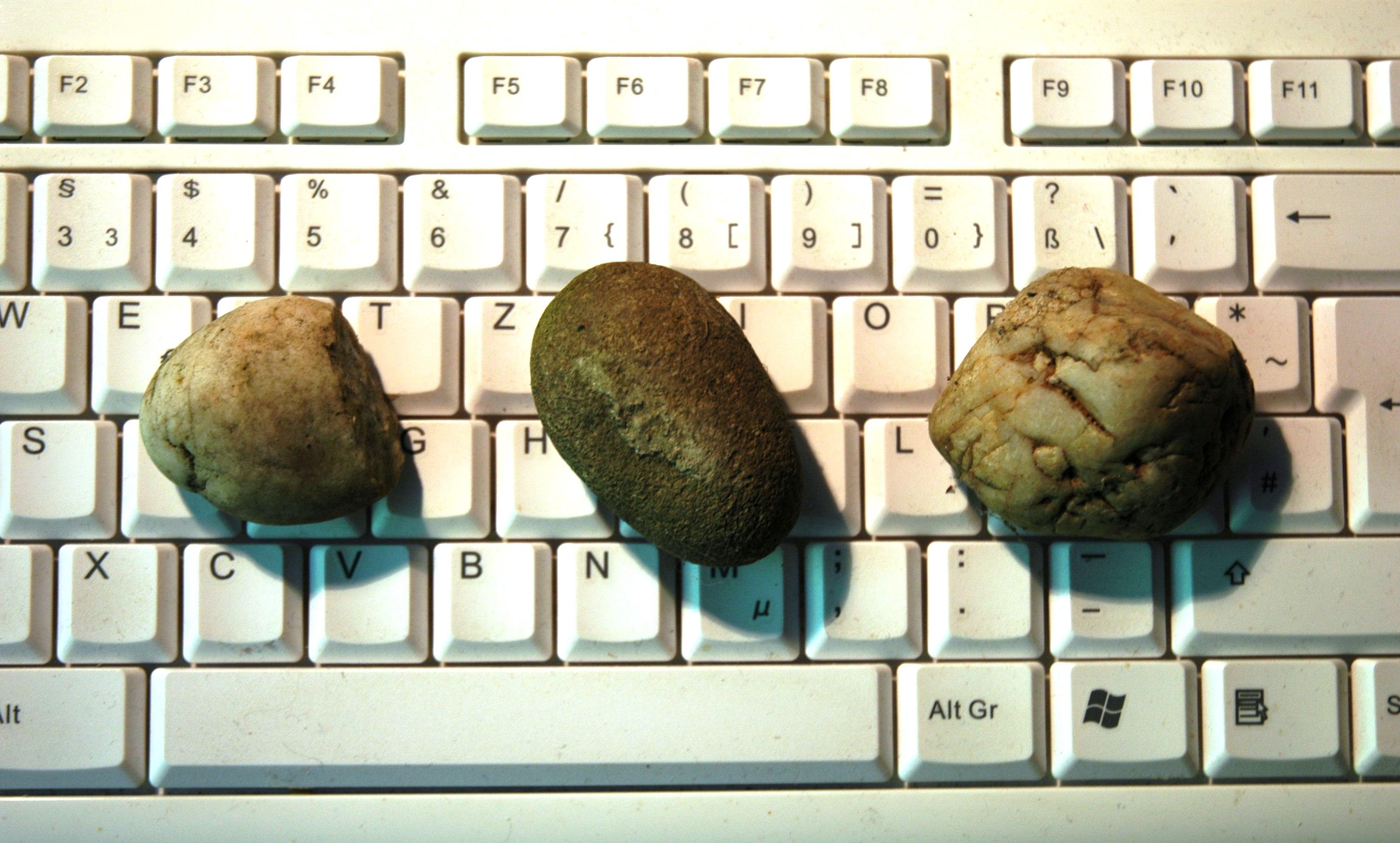 Kieselsteine sortiert nach Alfabet